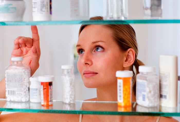 Девушка выбирает лекарство