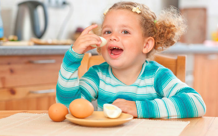 ребенок ест варенье яйца