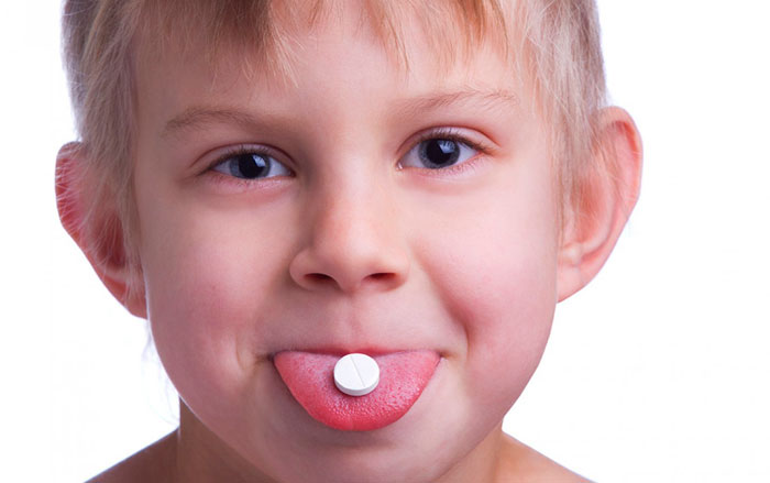 ребенок принимает таблетку