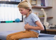 У ребенка болит живот, поноса нет