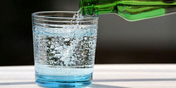пить газированую воду